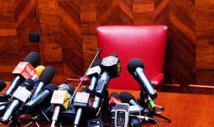 conferenza-stampa-vuota